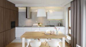 Wystrój kuchni świadomie nawiązuje do stylistyki skandynawskiej. jasne kolory, proste formy mebli oraz dodatek ciepłego forniru dębowego dają wrażenie ładu i porządku, które stały się wyznacznikami całej aranżacji.