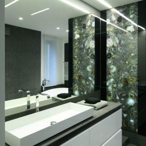 Mała łazienka optycznie powiększona lustrem na cała ścianę. Projekt: Katarzyna Kiełek, Agnieszka Komorowska-Różycka. Fot. Bartosz Jarosz