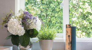 Mówi się, że okna są zwierciadłem duszy domu. Stanowią łącznik między światem zewnętrznym i wewnętrznym oraz wytyczają granicę intymności i prywatności. Są także wizytówką mieszkania. Dlatego warto poświęcić chwilę czasu na ich ara