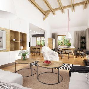 Salon jest jasny i przestronny, szeroko otwarty na jadalnię. Projekt Hawana. Fot. Dobre Domy