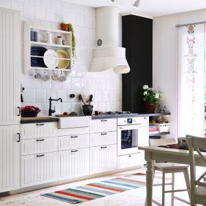 Jasna kuchnia w tradycyjnym stylu. Fot. IKEA