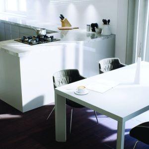 Praktyczny bar odseparowuje jadalnię od kuchni. Projekt: Daniel 2 G1, Fot.  Pracownia Projektowa Archipelag