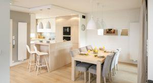 Bardzo często to właśnie stół jest centralnym meblem w kuchni. Jeżeli jest stół, to muszą być też krzesła. Wpływają one nie tylko na wygląd naszego kuchennego pomieszczenia, ale również na komfort oraz wygodę podczas siedzenia.