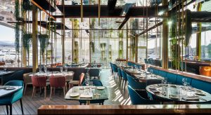 Podczas pobytu w Barcelonie nie można zapomnieć o słynnym Port Vell, a zwiedzając ten historyczny port, koniecznie trzeba odwiedzić OneOcean Club. Nowe miejsce na kulinarnej mapie Katalonii jest barem i restauracją w jednym. Projektanci z El Equipo