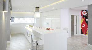 Nowoczesna kuchnia zachwyca stylistycznym porządkiem i ładem. To zasługa bieli, prostych, zgeometryzowanych form mebli oraz odpowiednio poprowadzonego oświetlenia.