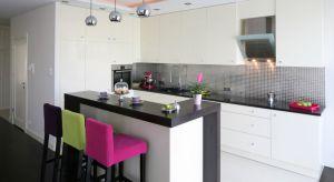Wysoki bar między kuchnią a salonem to idealne miejsce na poranną kawę, śniadanie, lunch czy lampkę wina. Zobaczcie 5 pomysłów na bar w kuchni.