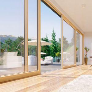 Duże przeszklenia: fasadowe okna i duże drzwi podnoszono-przesuwne. Fot. Fakro Innowiev HST