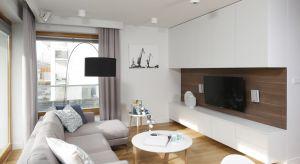 Cegła, tapeta, a może kamień dekoracyjny? Jaki materiał najlepiej sprawdzi się na ścianie za telewizorem?