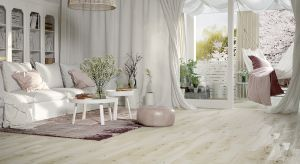 Natura na dobre zadomowiła się we wnętrzach. Projektanci doceniają i chętnie eksponują urodę drewna. Jednak tego szlachetnego materiału nie można zastosować w każdym pomieszczeniu. Świetną alternatywą są płytki drewnopodobne.