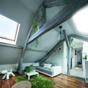 Kolejnym typowym dla tego stylu elementem, jest wyeksponowany cały drewniany sufit albo tylko drewniane belki. Fot. Fakro