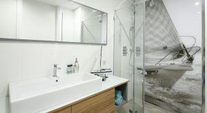 Większość polskich łazienek ma powierzchnię nie większą niż kilka metrów kwadratowych. Mały metraż sprawia, że na popularności zyskują rozwiązania, które optycznie powiększą pomieszczenie - w tym białe płytki.