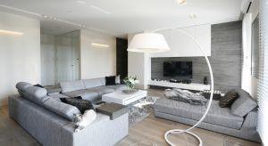 Jasne kolory to dobry wybór do małego salonu, ponieważ optycznie powiększą jego przestrzeń.