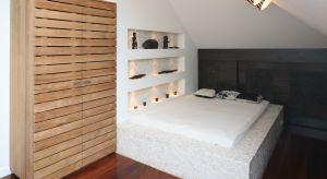 W zależności od wielkości naszej sypialni, panującego w niej wystroju oraz indywidualnych upodobań możemy wybrać szafę w odpowiednim wymiarze, kolorystyce oraz o pasującej do stylistyki pomieszczenia linii wzorniczej.