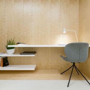 Łączące funkcjonalność i styl drewniane ramy, zastosowane w każdym z pomieszczeń, mieszczą w sobie wbudowane meble i blaty. Fot. Stanisław Zajączkowski / Zajaczkowski Photography