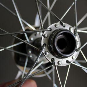 Krok 1: Przygotuj koło: wyczyść je dokładnie ze smaru i usuń ze środka oś. Fot. Bosch