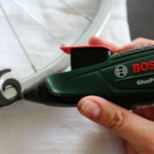 Krok 3: Na kole zaznacz miejsca na cyfry. Przy pomocy akumulatorowego pistoletu do klejenia na gorąco Bosch GluePen przyklej cyfry do metalowej ramy koła.  Fot. Bosch