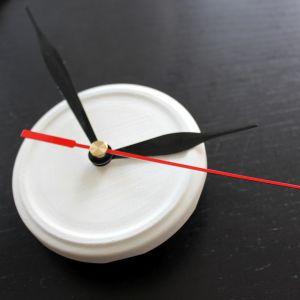 Krok 5: Nakrętkę od słoika zamocuj do mechanizmu zegara. Na nakrętce umieść wskazówki. Fot. Bosch