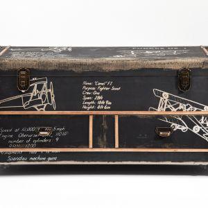 Utrzymana w stylu vintage komoda AVIATION to mebel inspirowany starymi kuframi. Fot. Kare Design