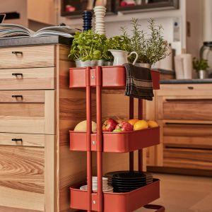 Wózek na kółkach RÅSKOG można wygodnie przesuwać. Dzięki niewielkiemu rozmiarowi zmieści się także w ciasnych miejscach. Fot. IKEA