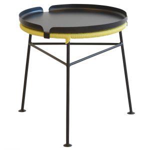 Taboret CENTRO może zamienić się w stolik, dzięki dopasowanej tacy nakładanej na siedzisko. 949 zł (bez tacy), Fot. Ok Design