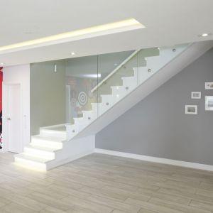 W tym projekcie schody są efektownym elementem holu. Projekt: Dominik Respondek. Fot. Bartosz Jarosz