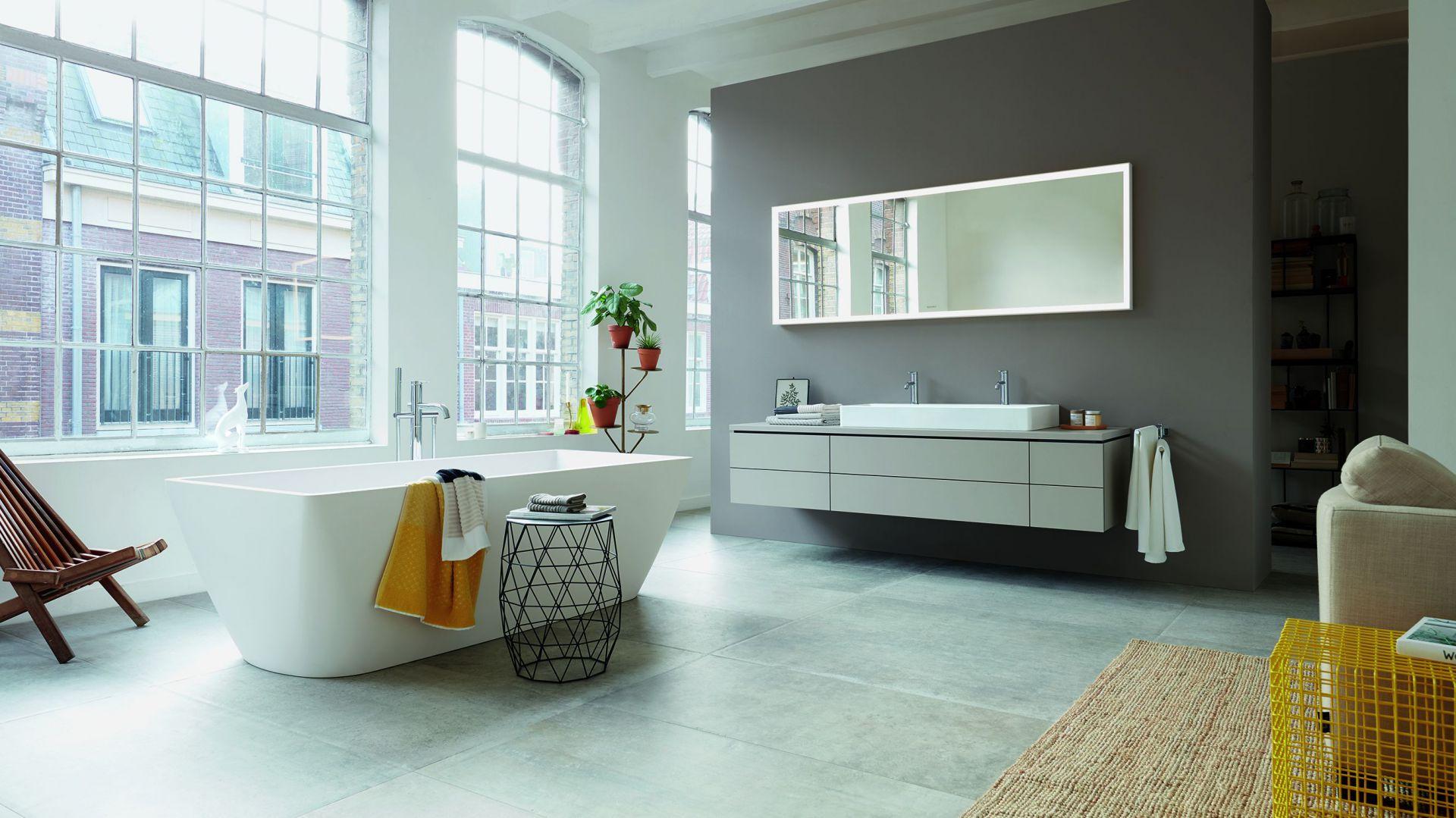 Architektoniczne wzornictwo umywalek i wanien, dzięki prostym, subtelnym kształtom i odpowiednim wymiarom zostało dopasowane do małych łazienek. Fot. Duravit
