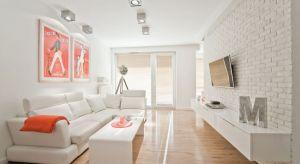 Biel na ścianach w salonie to wybór, który nie tylko rozjaśni naszą aranżację, ale również zbuduje wrażenie przestronnego wnętrza. Zobaczcie pomysł na projekt salonu.