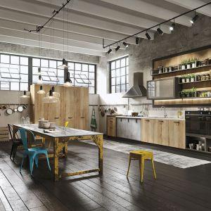 Kuchnia urządzona w stylu loft jest wyrazem najnowszych trendów wkreowaniu przestrzeni. Łączy piękno surowego drewna, metal iszkło. Industrialny wygląd podkreśla klimatyczny charakter otwartej strefy dziennej. Fot. Snaidero