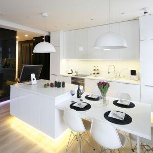 Kuchnia otwarta na salon. Projekt: Muc&Scott. Fot. Bartosz Jarosz