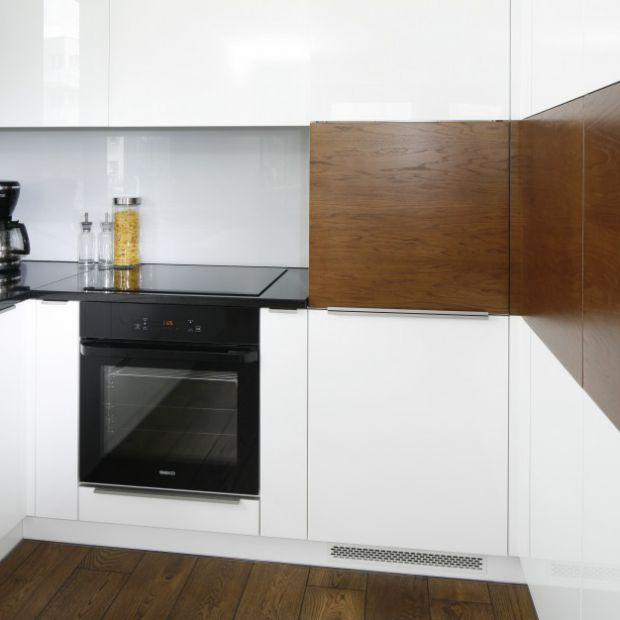 Ściana w kuchni: szkło nad blatem w szarym kolorze