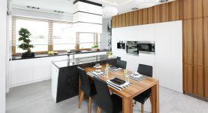 Modułowa zabudowana ściany pod sam sufit, która wszystko pomieści jest praktyczna i efektowna. Zobaczcie 15 ciekawych pomysłów na tego typu kuchnię.