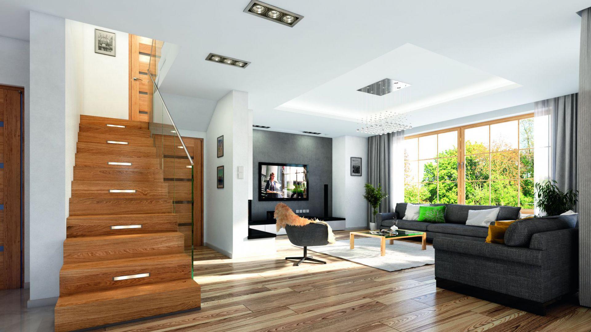 Schody i drzwi również wykończono naturalnym drewnem. Projekt: arch. Michał Gąsiorowski. Fot. MG Projekt