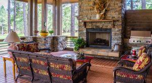 Coraz chętniej podczas wykańczania wnętrz sięgamy po kamień, drewno czy metal. Surowce te wyróżniają się elegancją, pasują do minimalistycznych aranżacji, które cieszą się niesłabnącą popularnością wśród architektów oraz inwestorów