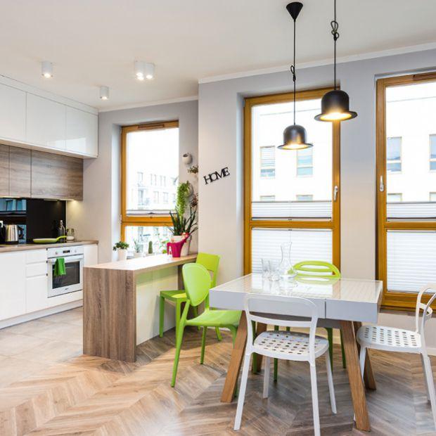 Nowoczesne mieszkanie z kolorowymi dodatkami