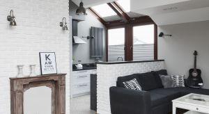 Lokalizacja na ostatnim piętrze budynku, który z uwagi na dwuspadowy dach oferuje także użytkowe poddasze, otworzyła drogę dla oryginalnej i pomysłowej aranżacji mieszkania.