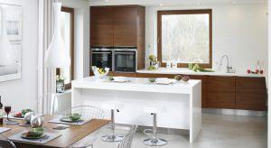 Biała kuchnia jest zawsze na czasie – a jej idealnym uzupełnieniem może być drewno.