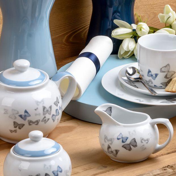 Letnia aranżacja stołu: motyle na porcelanie