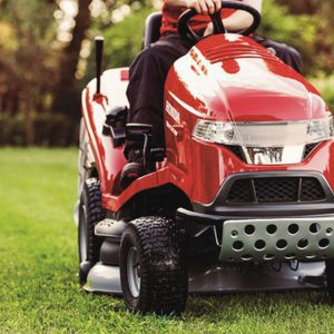 Pielęgnacja trawnika. Kosiarka traktorowa Honda HF2417. Fot. Honda