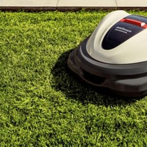 Pielęgnacja trawnika. Robot koszący Honda Miimo. Fot. Honda