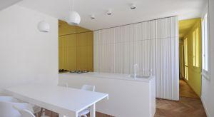 Dwupoziomowe mieszkanie w centrum włoskiej Ceseny, aby dostosować je do współczesnych potrzeb mieszkaniowych, wymagało odważnego planu kapitalnego remontu.