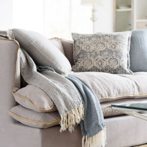 Dekoracja wnętrza: tkaniny z lnu i bawełny. Fot. Miloo Home/HOUSE&more