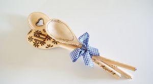 Drewniane łyżki, po wypaleniu w nich różnych wzorów, mogą stać się ozdobą naszej kuchni lub być świetnym prezentem dla bliskiej nam osoby.