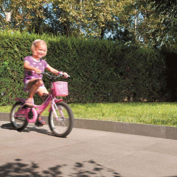 Ogród przyjazny dzieciom - bezpieczne nawierzchnie