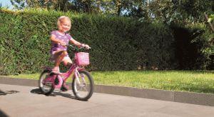 Kiedy przychodzą ciepłe dni, życie rodzinne w dużym stopniu przenosi się do ogrodu. Planując przydomową przestrzeń, warto zadbać o to, by mogli z niej w pełni korzystać także najmłodsi domownicy.