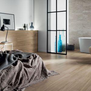 Aranżacja sypialni: płytki jak drewno zaprojektowane przez Macieja Zienia. Fot. Tubądzin
