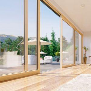 Drewniano-aluminiowe okna INNOVIEW osiągają wymiary nawet 12x2,8 m, a bezprogowe przejście potęguje efekt przenikania się przestrzeni. Fakro