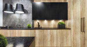 Meble, okładziny, dodatki i kuchenne gadżety - to wszystko można wybrać w wielu pięknych dekorach jasnego drewna.