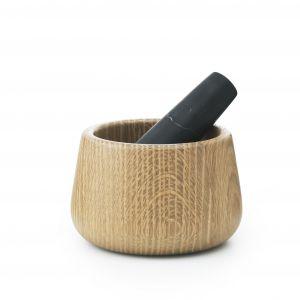 Moździerz Craft to piękne połączenie drewna dębowego z marmurem. Fot. Normann Copenhagen