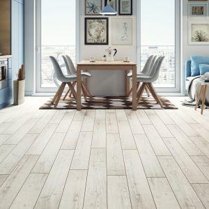 Połyskująca struktura podłogi Adventure 4V Pinia Milano rozjaśni pomieszczenie, a wyraźny rysunek drewna wprowadzi naturalny klimat.  Fot. Classen / RuckZuck