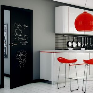 Aranżacja z drzwiami PŁASKIE malowane czarną farbą tablicową black tablica. Fot. Inter Door
